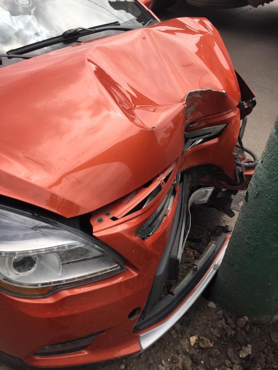 В Мичуринске автомобиль такси врезался в столб, фото-2