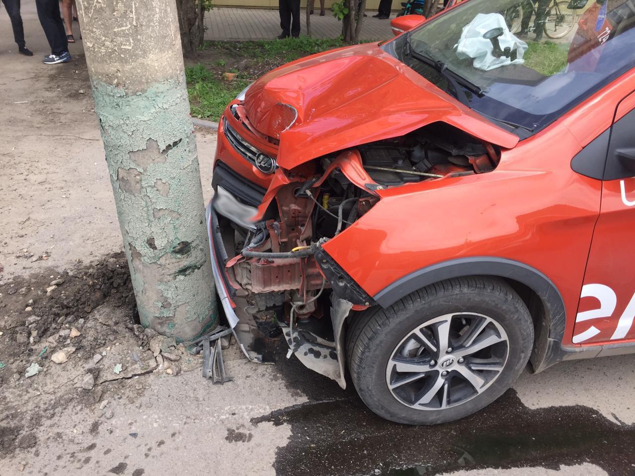 В Мичуринске автомобиль такси врезался в столб, фото-1