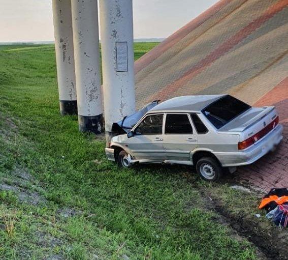 На федеральной трассе в Тамбовской области легковушка врезалась в опору моста, фото-1