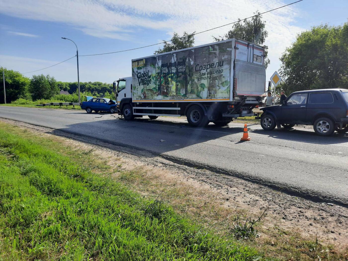 В Моршанском районе столкнулись две легковушки и грузовик, фото-1
