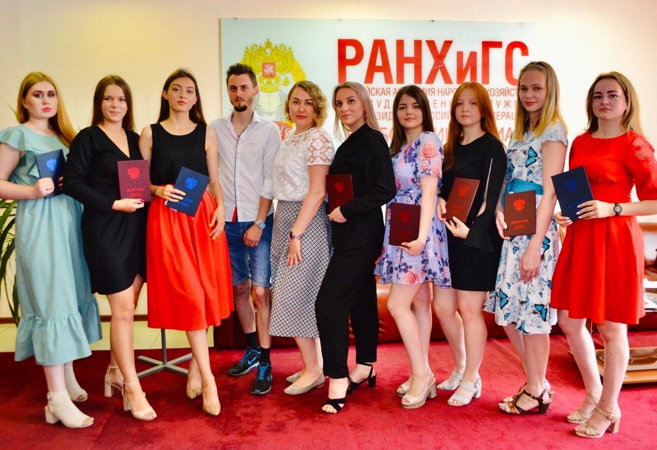 В Тамбовском филиале РАНХиГС состоялось вручение дипломов выпускникам направлений подготовки «Юриспруденция» и «Экономика», фото-1