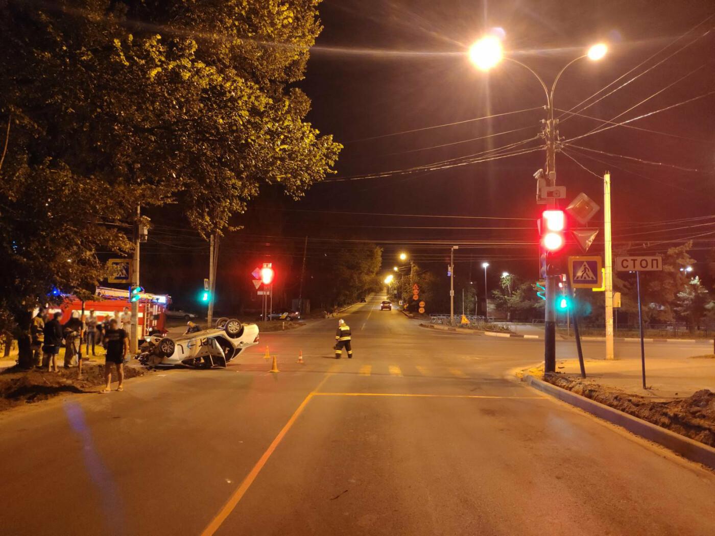 В Тамбове перевернулся автомобиль такси, фото-1